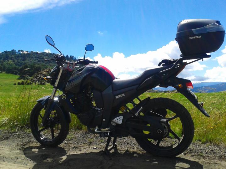 Yamaha FZ16 y uno de los cerros llamados la comalera