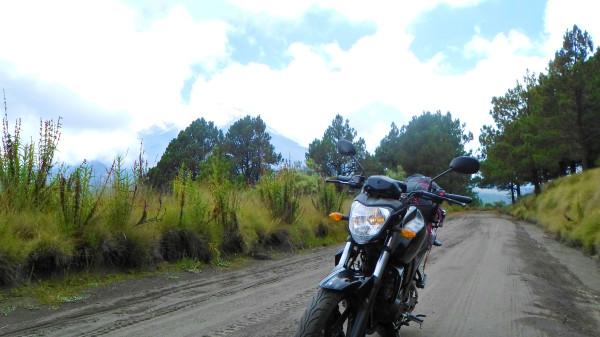 Aquí casual en tierra con llantas (y moto) de asfalto